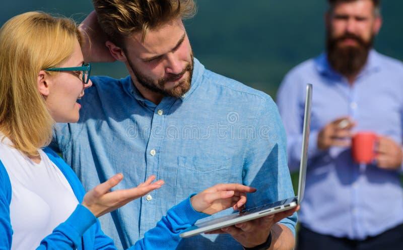 Paret arbetar illvilja av kaffeavbrottet Kollegor med bärbara datorn arbetar den utomhus- soliga dagen, naturbakgrund workaholics fotografering för bildbyråer