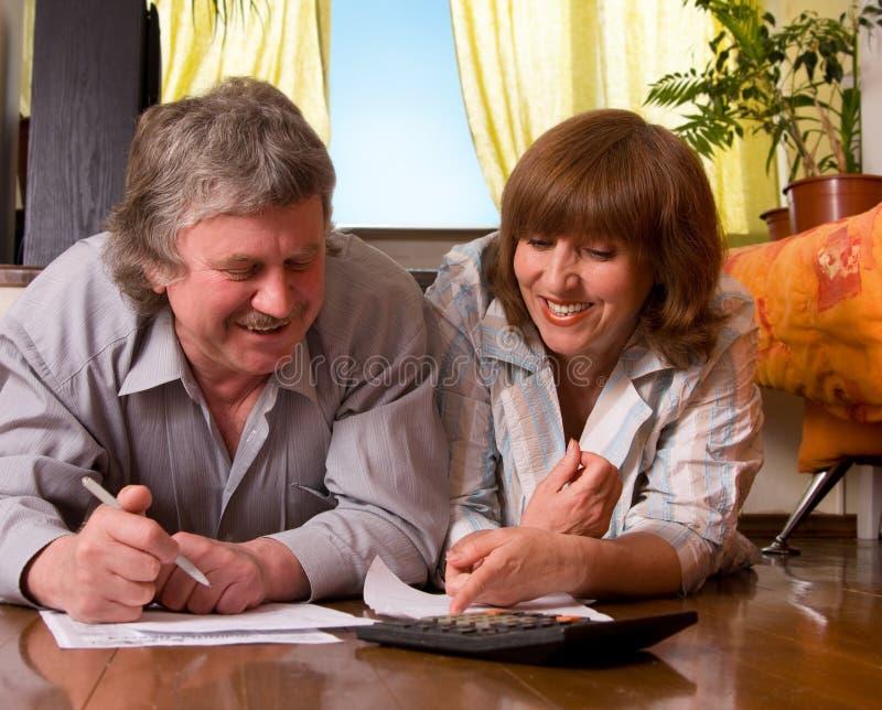 paret documents lyckligt mature royaltyfria foton