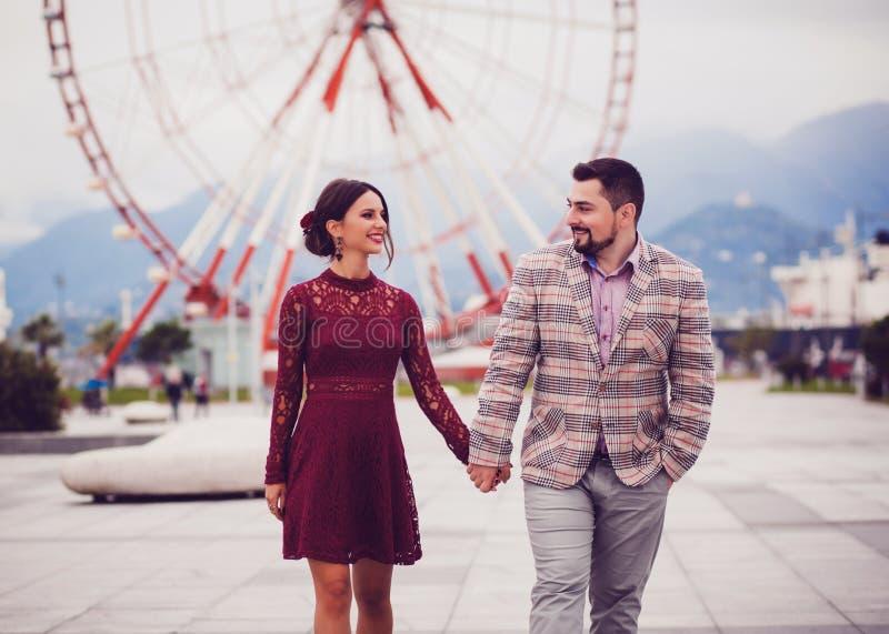 paret hands den lyckliga holdingen arkivfoto