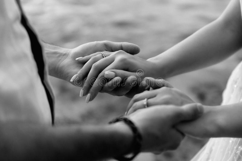 paret hands holdingbarn royaltyfria bilder