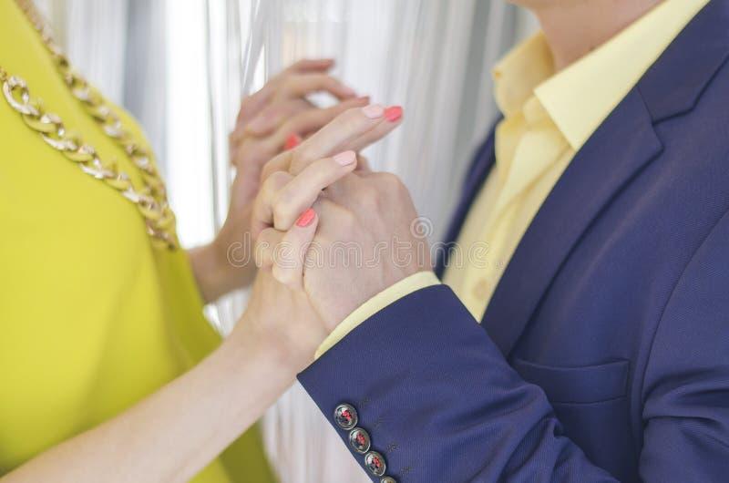 paret hands holdingen arkivbild