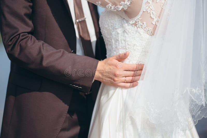 paret hands holdingen fotografering för bildbyråer