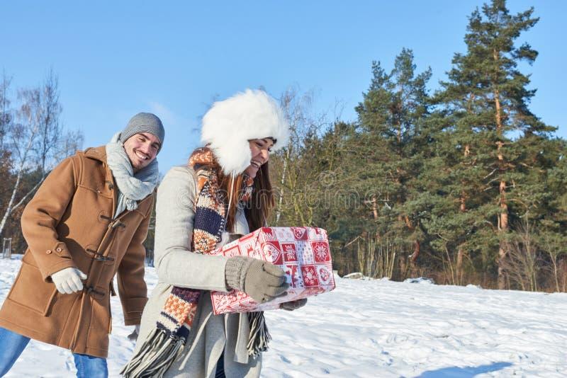 Paret kommer med julgåvan som överraskning royaltyfria bilder