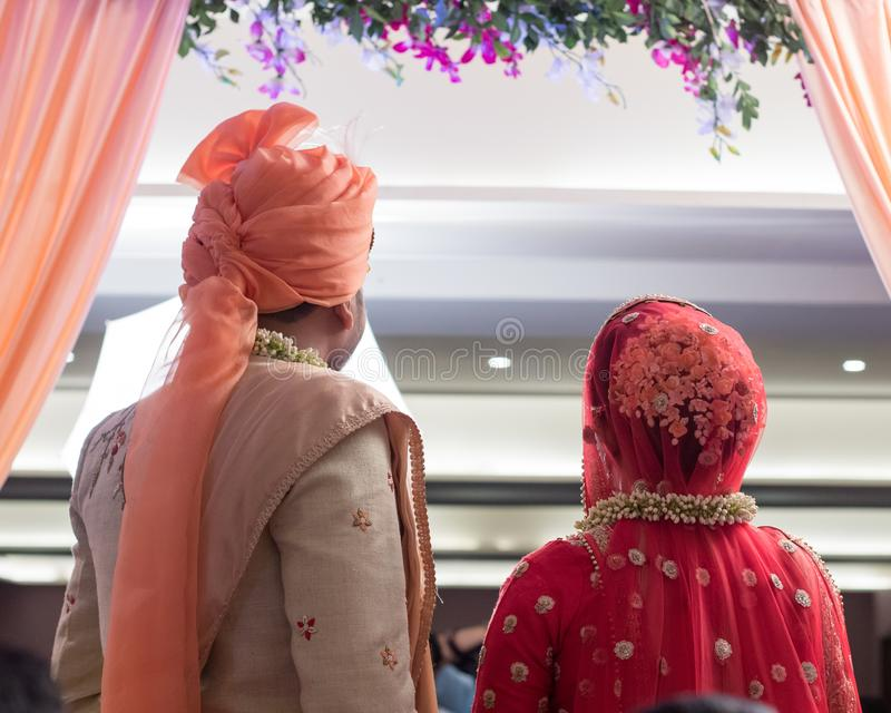 Paret poserar - Indien Ahmedabad fotografering för bildbyråer