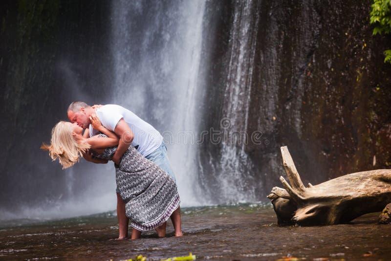 Paret reser till Bali royaltyfria bilder