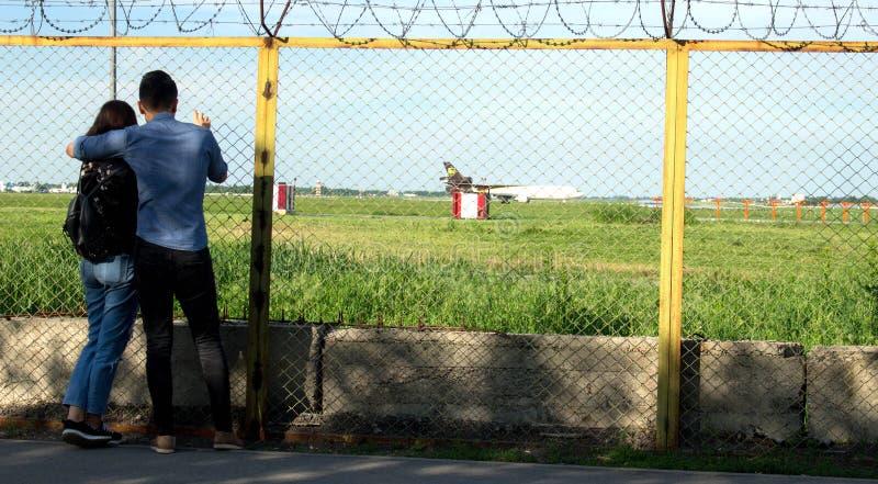 Paret ser över staketet arkivbild