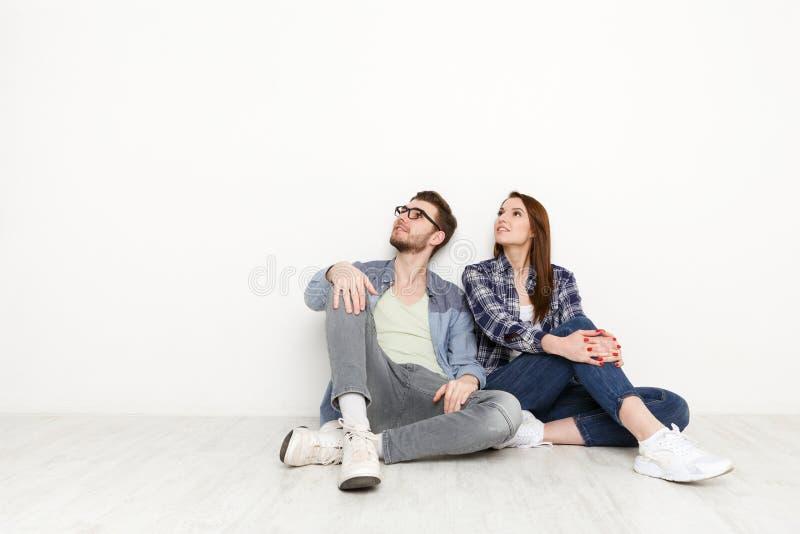 Paret ser upp på vit bakgrund fotografering för bildbyråer