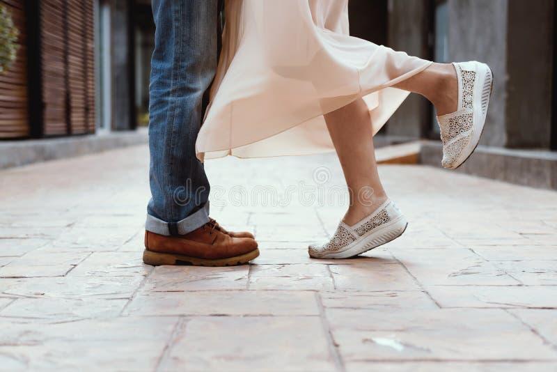 Paret som kysser, par foots staget på gatan royaltyfria bilder