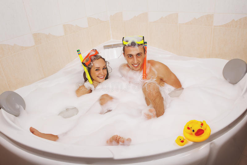 Paret tycker om ett bad royaltyfria bilder