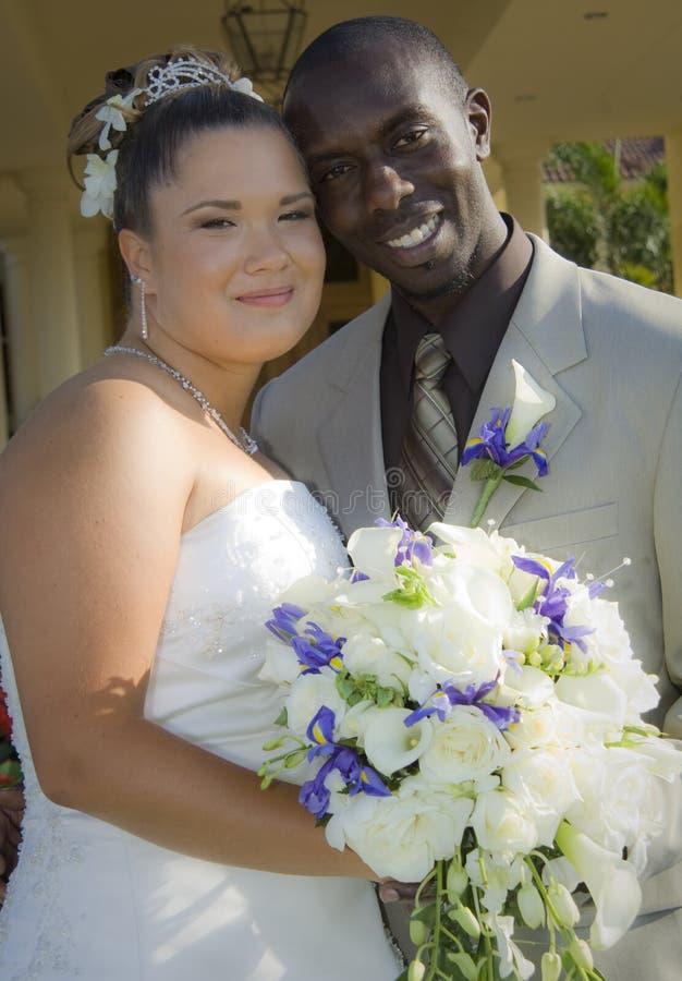 paret vänder bröllop för blandad race mot fotografering för bildbyråer
