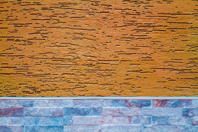 Parete arancio coperta di gesso decorativo, come struttura e parte posteriore immagini stock libere da diritti