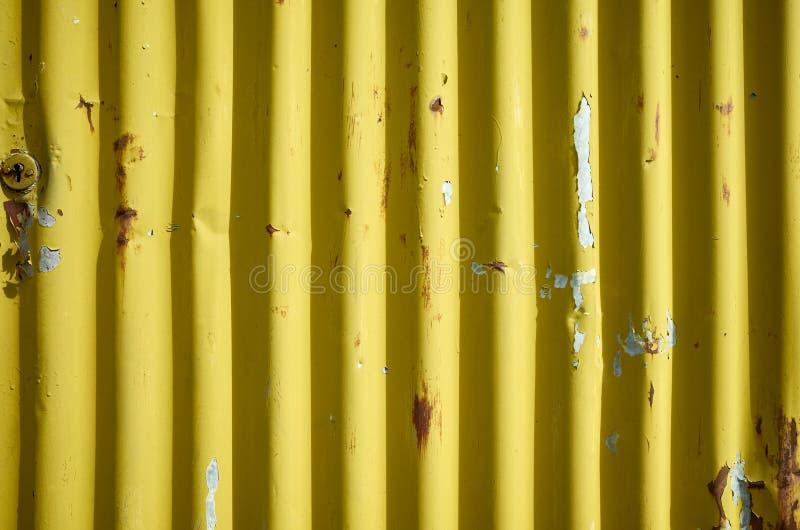 Parete arrugginita gialla ondulata stagionata del metallo immagine stock