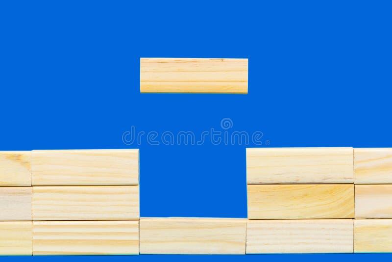 Parete astratta fatta dei blocchi di legno fotografia stock libera da diritti