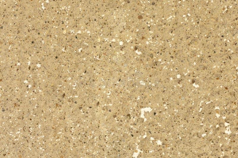 parete beige di struttura del fondo di gesso con le piccole pietre naturali variopinte immagine stock libera da diritti