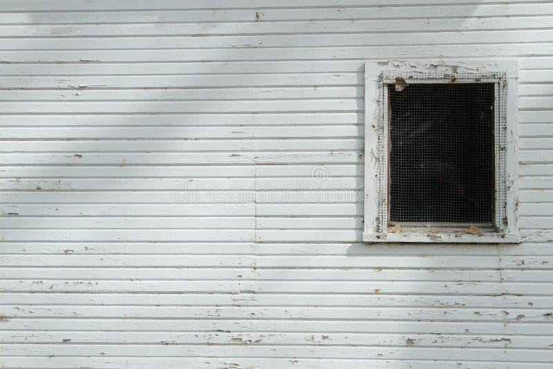 Parete bianca con la finestra scura immagini stock libere da diritti
