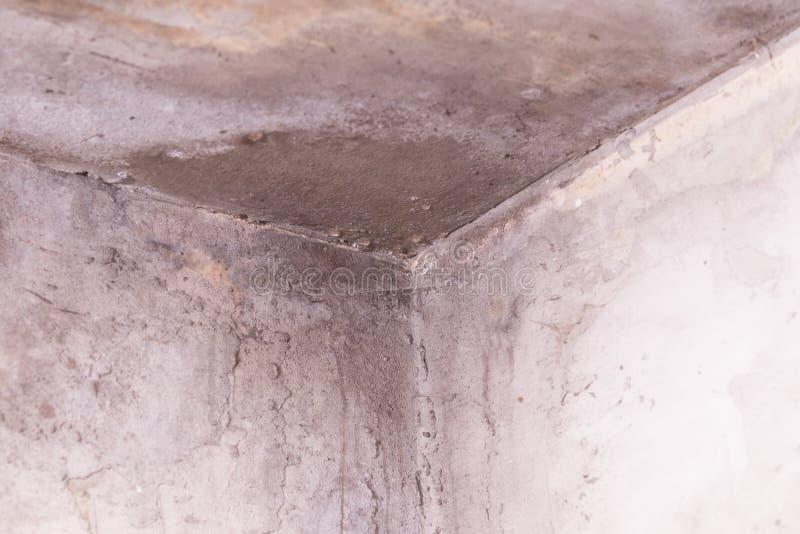 Parete bianca con le crepe l'angolo della parete nelle gocce vicini sommersi muffa unhygienic immagine stock