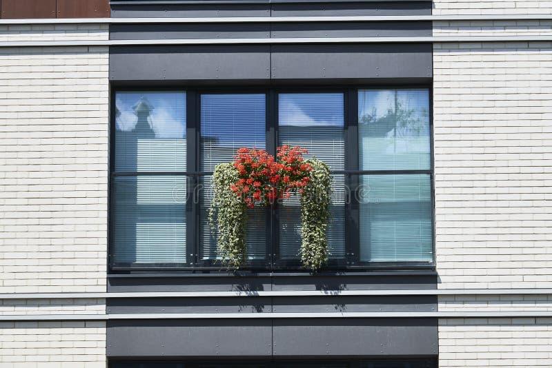 Parete bianca della costruzione contemporanea con il balkon fotografie stock