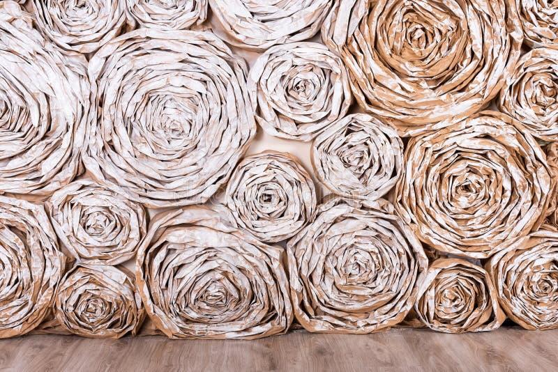 Parete con i fiori di carta Fondo creativo di astrazione del mestiere fatto a mano fotografia stock libera da diritti