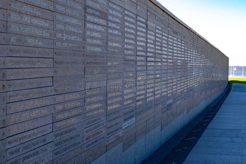 Parete con i nomi delle vittime della violenza dello stato nel parco della memoria a Buenos Aires, Argentina immagine stock libera da diritti