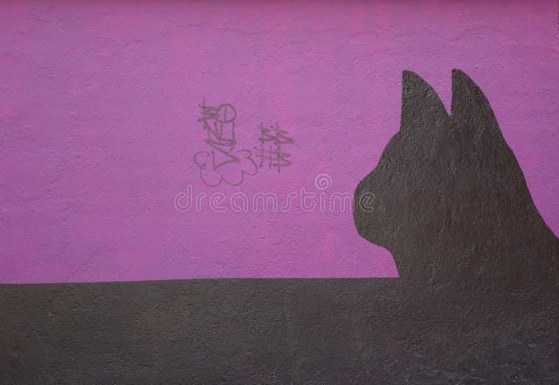 Parete con la siluetta verniciata di un gatto fotografie stock libere da diritti