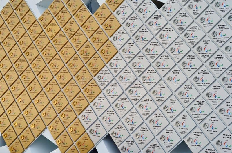 Parete con le medaglie olimpiche in parco olimpico, Soci, Federazione Russa fotografie stock