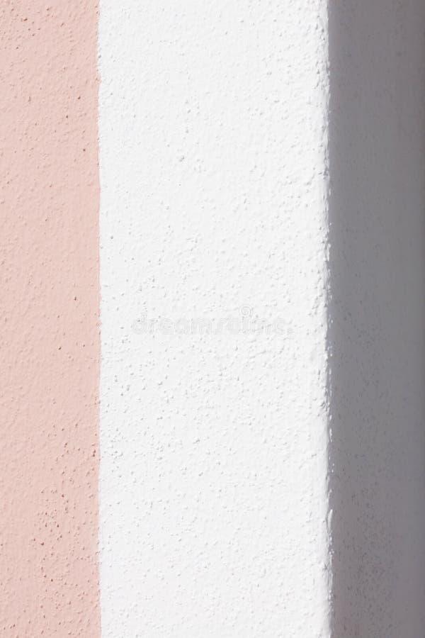 Parete con pittura rosa e bianca fotografie stock