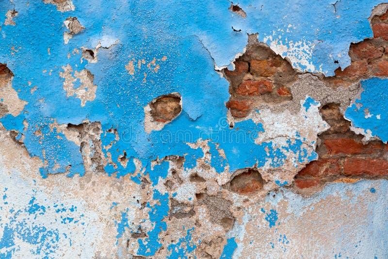 Parete concreta blu del cemento di lerciume con la crepa ed i mattoni Progettazione di fabbricato industriale e fondo astratto di fotografia stock libera da diritti