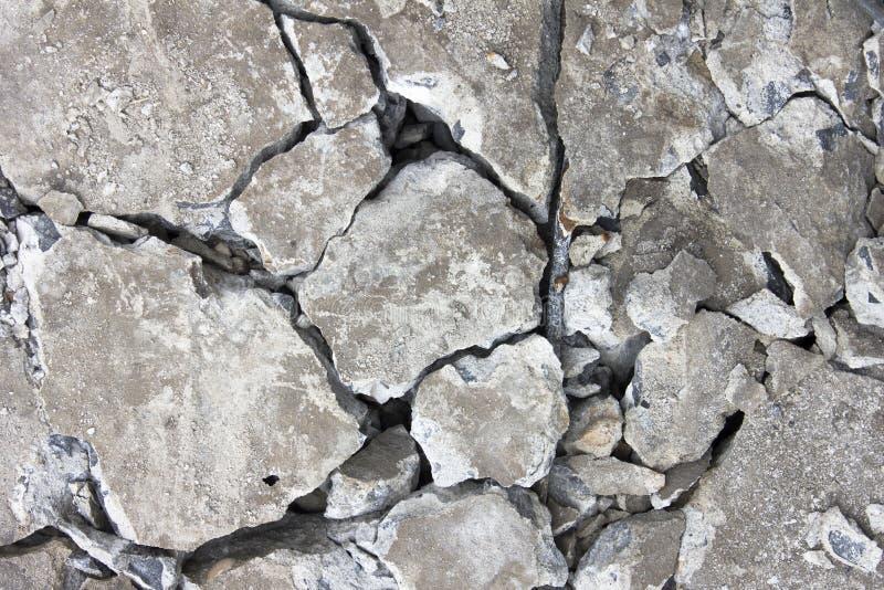 Parete concreta del cemento di lerciume con la crepa in fabbricato industriale immagini stock