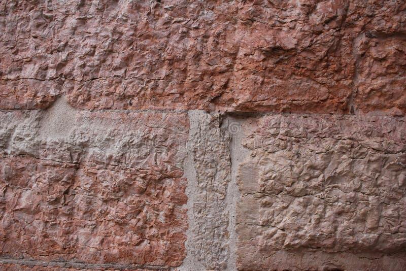 Parete concreta di pietra rosa-rosso di struttura della natura approssimativa cruda antica vuota per il retro ristorante, sito We immagini stock