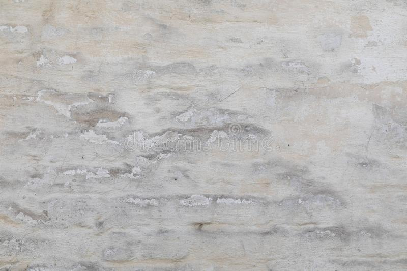 parete da un mattone rosso intonacato da sopra e coperto di pittura bianca immagini stock
