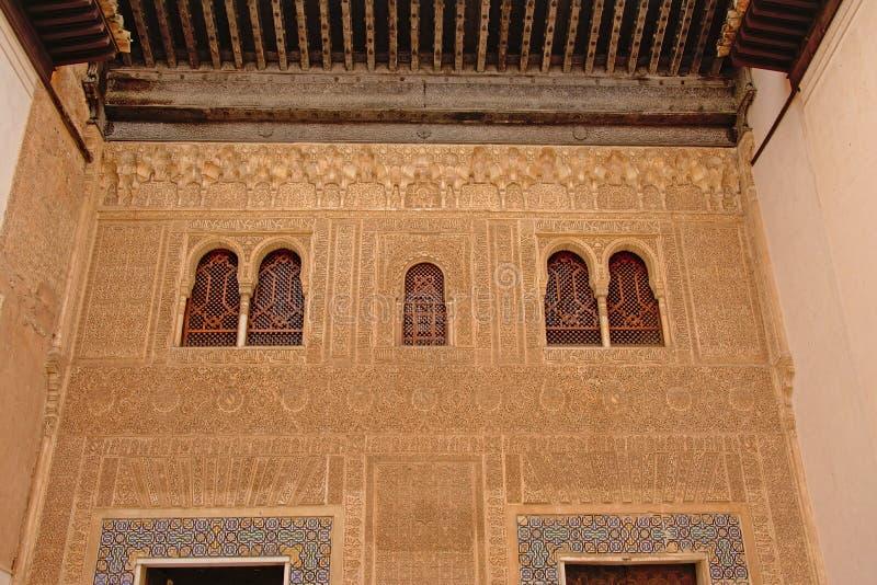 Parete decorata con le finestre del palazzo di NAsrid, Alhambra, Spagna fotografie stock