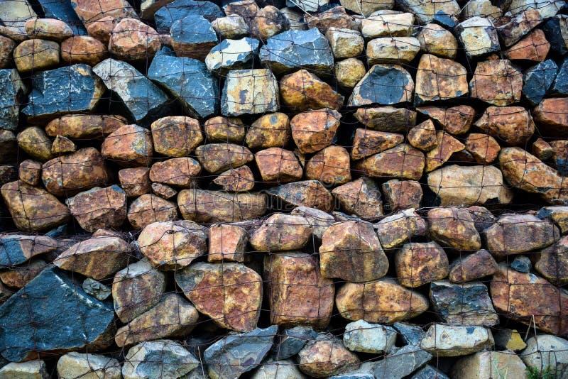 Parete dei mattoni di pietra e della struttura del cavo fotografia stock