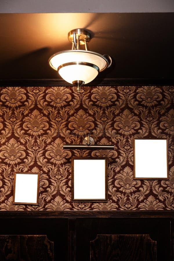 Parete dei telai e delle lavagne in bianco nell'interno del pub - derisione su, tabellone per le affissioni, spazio dell'annuncio fotografia stock libera da diritti