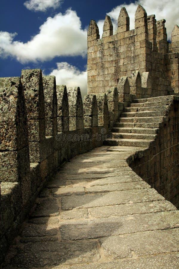 Parete del castello di Guimaraes   fotografie stock libere da diritti