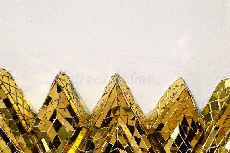 Parete del cemento con il mosaico dorato di Lotus Shapes fotografia stock
