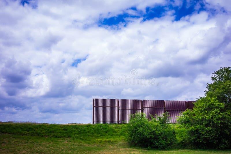 Parete del confine del Texas Messico che separa dagli S.U.A. fotografia stock