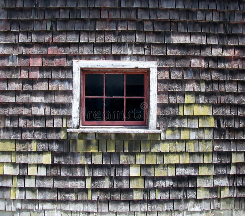 Parete del granaio dell'assicella del cedro con sei finestre della lastra di vetro fotografia stock libera da diritti