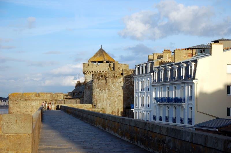Parete della fortezza e la vecchia città di Saint Malo fotografia stock libera da diritti