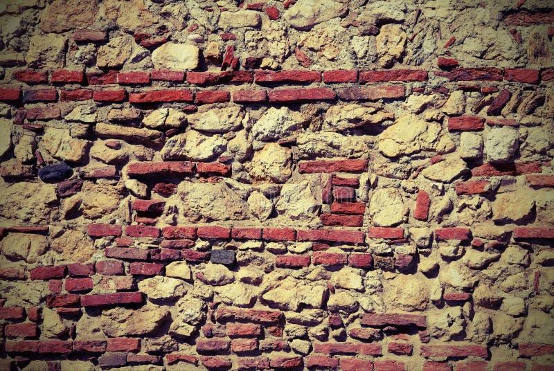 Parete delle pietre e dei mattoni rossi con calce immagini stock libere da diritti