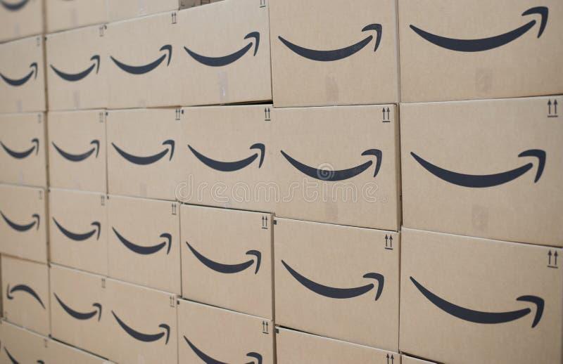 Parete delle scatole di spedizione di perfezione di Amazon fotografie stock libere da diritti