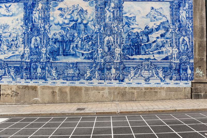 Parete di azulejos del ` s della stazione di bento del sao a Oporto immagine stock libera da diritti