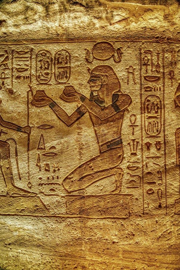 Parete di Bas Relief Images Carved Into della pietra al tempio di Luxor a Assuan Egitto fotografie stock libere da diritti