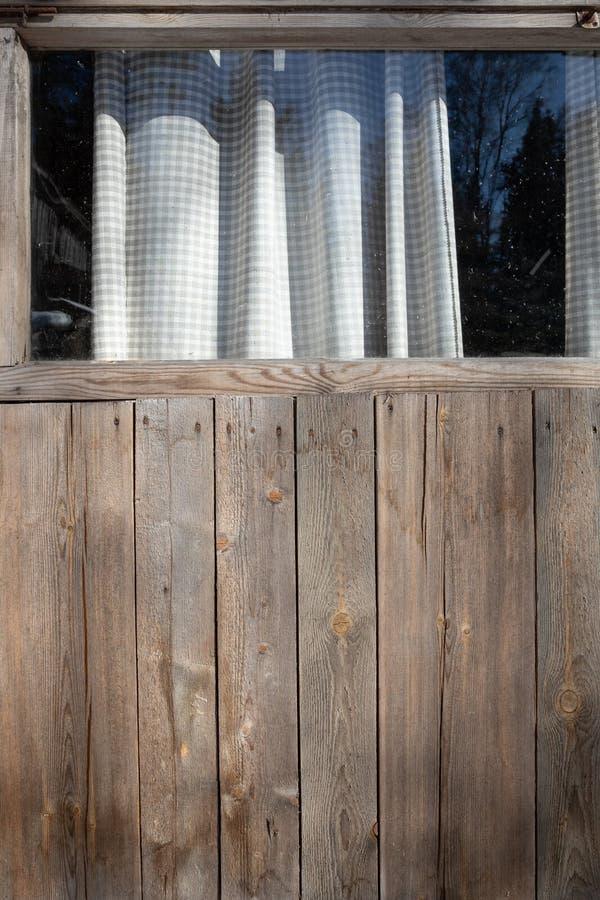 Parete di legno con la finestra e le tende bianche immagine stock libera da diritti