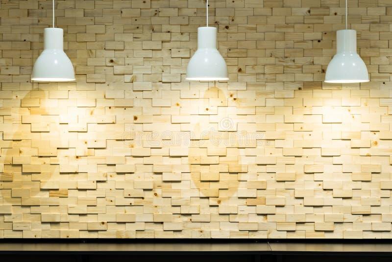 parete di legno con la lampada delle luci di lampadina fotografia stock