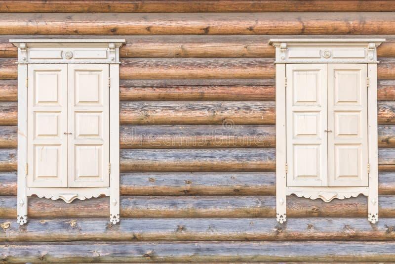 Parete di legno con le finestre fotografie stock libere da diritti