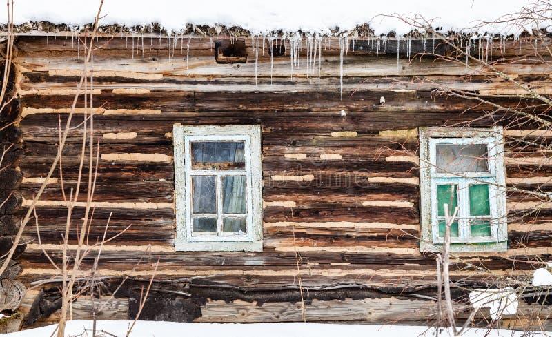 parete di legno del ceppo con le finestre di vecchia casa rurale fotografia stock libera da diritti
