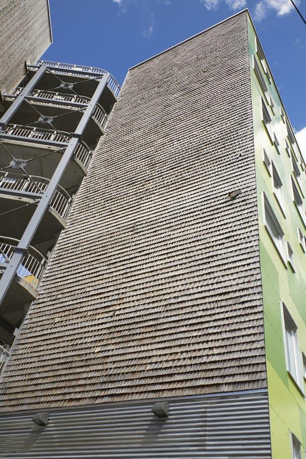 Parete di legno di costruzione moderna immagini stock