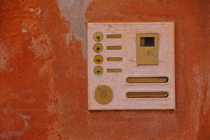Parete di pietra antica e area di doorphone fotografie stock
