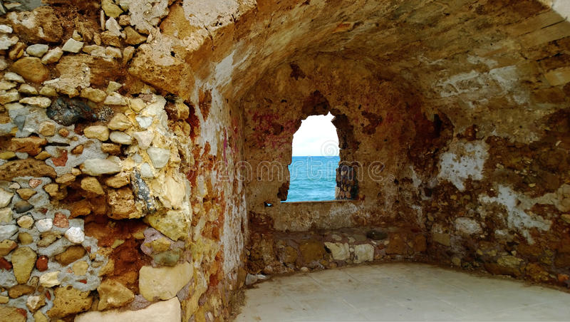 Parete di pietra beige luminosa con un'apertura incurvata in  La città di Chania immagine stock libera da diritti