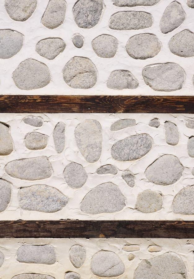 Parete di pietra con due fasci di legno fotografia stock libera da diritti